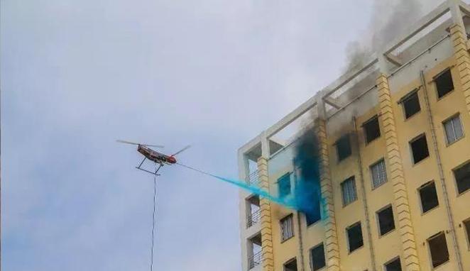 中国无人机变身灭火器,轻松扑灭高楼大火,世界性难题被解决